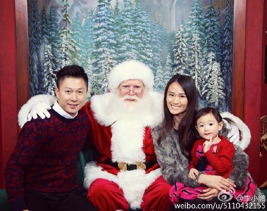 李小鹏一家与圣诞老人合影