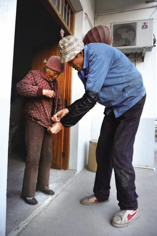 海宁男子身高2.2米 新年愿望寻鞋寻姻缘(图)