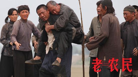 新浪娱乐讯 如果说中国是一棵枝繁叶茂、欣欣向荣的松柏,那中国的8亿农民无疑是支撑这颗大树蓬勃发展的根基。正在热播的电视剧《老农民》就是这样一部记录中国农民历史的寻根大剧,正如剧中马仁礼喝醉后为足下的土地手舞足蹈地奉上一首《将进酒》一样,《老农民》歌颂了中国农民的勤劳质朴和生生不息,保存了农村60年的文化底蕴,是一部关于中国当代农民的现实主义力作。   寻文化的根:关于中国当代农民的现实主义力作   提到中国文化不得不提的是中国农民,而熟知农民60年历史的人如今已经不多了,高满堂在这样的情况下写出《老农