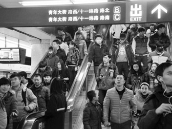 北部大学城的学生们尝试地铁出行。