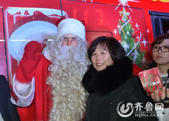 芬兰圣诞老人和济南大妈合影。