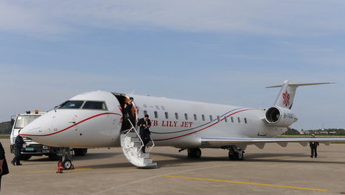 赵本山的私人飞机,系加拿大庞巴迪公司的挑战者850型,特别定制的17座的小型客机,总价值近两亿人民币。这种双发动机喷气式客机速度极快,乘坐舒服,属于行政级别的公务机,造价昂贵。