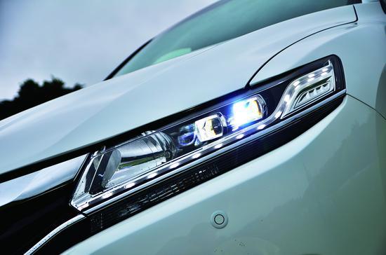 犀利的眼神来源于LED大灯,别忘了省电也是省油啊