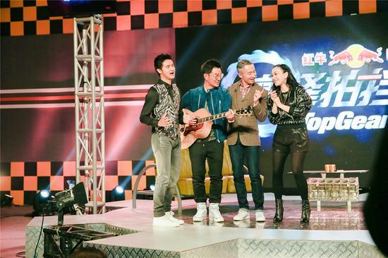 三个男人唱歌示爱