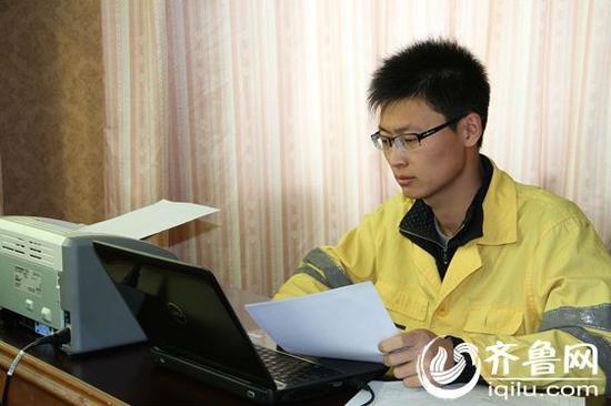 李魏林正在对检查数据进行详细复核,确定现场维修作业点。