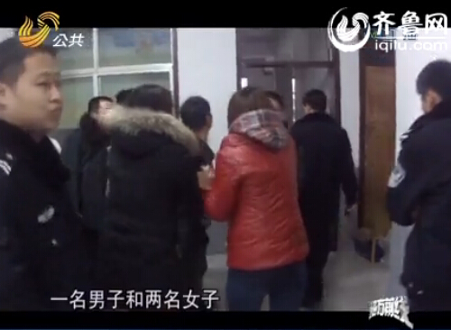 一男两女在饭店里面吵闹。(视频截图)