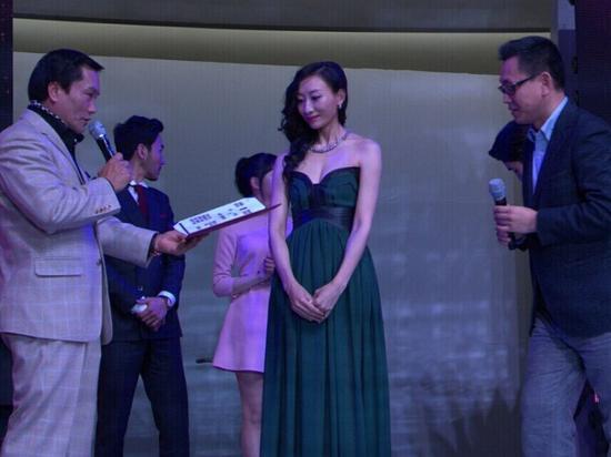 陈佳佳赴韩亮相新片发布 任韩影宣传大使
