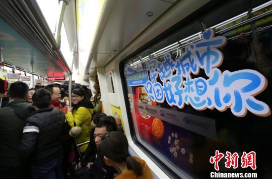 平安夜郑州地铁开跑爱情专列 年轻人蜂拥(图)