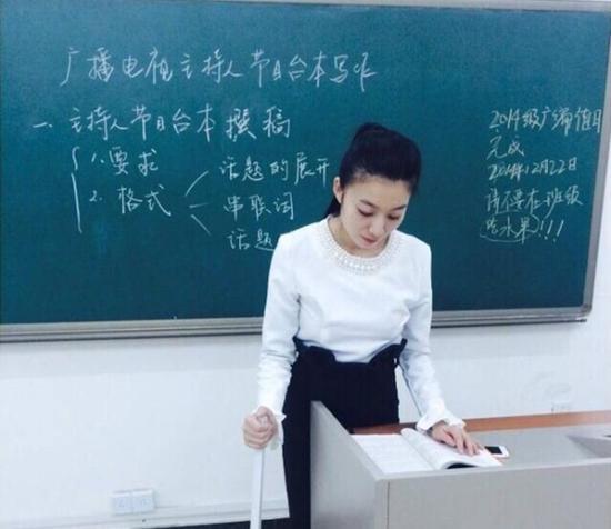 美女教师车祸后拄拐上课走红被赞最美女腰