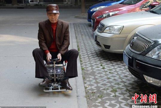 男子1500元自制超迷你汽车 四档变速最快20码