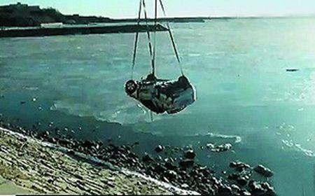 退潮后海里有辆车