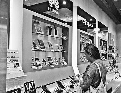 泰国消费者在中国品牌智能手机柜台前驻足。