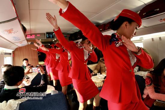列车到达烟台南站,动姐们竟然在车厢,现场跳起小苹果,动力十足~整个车厢都嗨起来啦!