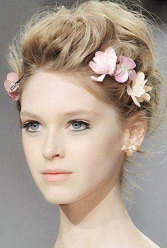 新娘经典发型:波西米亚盘发   用鲜花点缀的花环编发很有波西米亚图片
