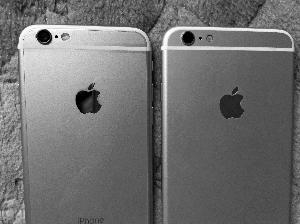 王女士将这部手机(右)与正版iPhone6 Plus(左)对比发现,重量轻了很多,闪光灯和苹果标识也有差异。