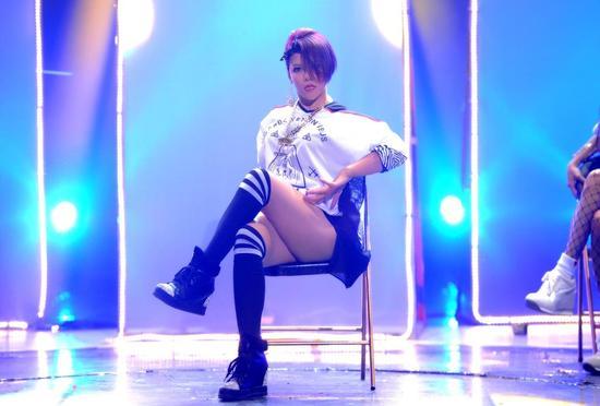 张惠春一身嘻哈着装动感起舞