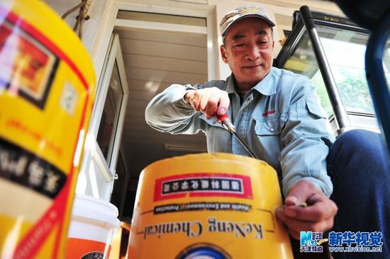 家住天津河西区的退休老人岳宏禄今年68岁,有一个爱好就是打架子鼓,虽然他敲的鼓是用废旧塑料桶组成,但打鼓的架势和声音效果丝毫不逊色于真正的架子鼓。   岳师傅以前从事排水工作,经常和水桶、竹片打交道,再加上平常喜欢听音乐,便不由自主地跟着音乐节拍敲水桶。岳师傅为了将几个不同音阶的水桶固定,将旧电镀椅子腿改造成支撑鼓的架子,用锅盖作镲,再加上疏通下水道的竹板伴奏,从外形上向真正的架子鼓靠拢。如今,岳师傅的演奏效果与专业架子鼓手相比更独具特色。