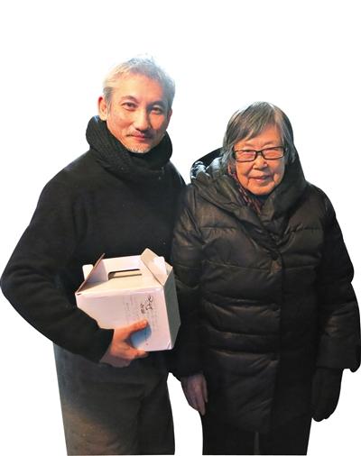 """《智取威虎山》导演徐克与""""小白鸽""""原型刘波女士在片场合影。"""