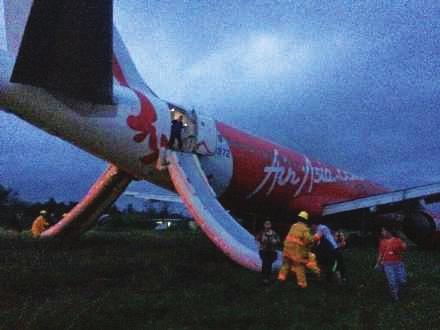 亚航客机再出事端 机场降落时冲出跑道