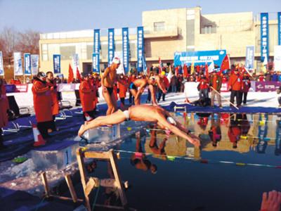 冬泳爱好者一展泳姿。