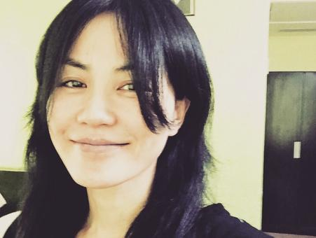王菲素颜笑容迷人