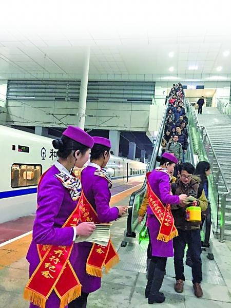 昨日,重庆北站,动车乘务员给乘客发放相关资料