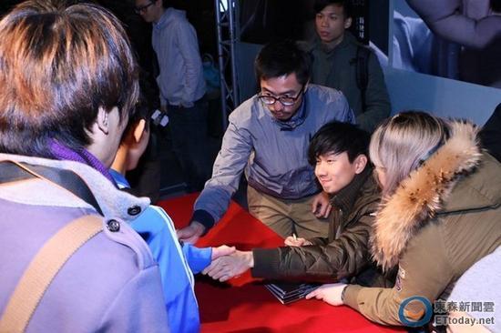 当天林俊杰验完伤,到医院做完笔录又重返签唱会现场继续签名