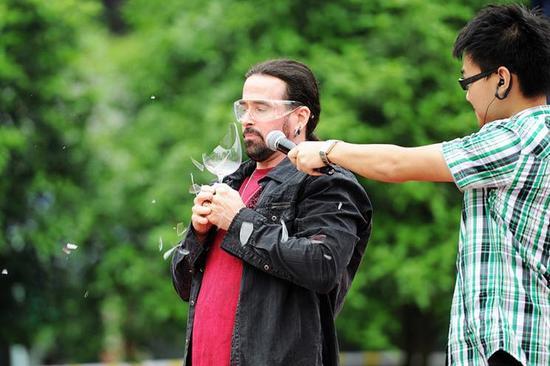 杰米·维德拉震碎杯子