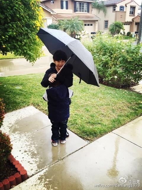 帮弟弟撑伞