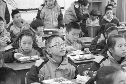 学生边吃午饭边看视频
