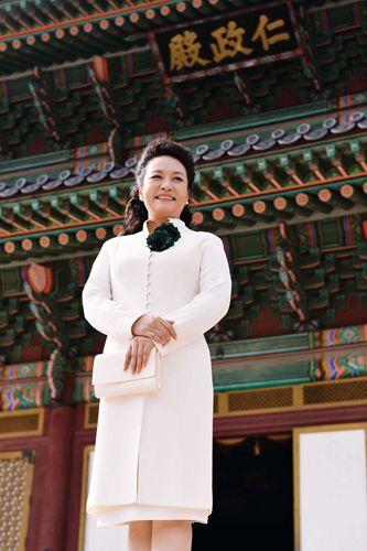 2014年7月3日,彭丽媛在韩国首尔参观古迹昌德宫。