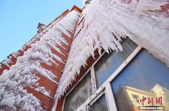1月3日在内蒙古牙克石市一家正在招商的酒店外面拍摄的冰挂。