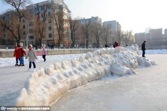 吉林一公园现鳄鱼雪雕 身长7米多造型生动逼真