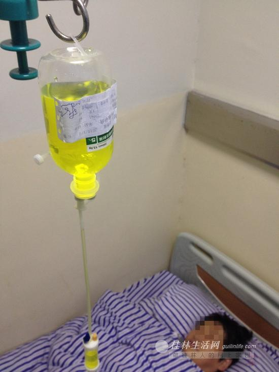 一位兰先生的亲友在医院接受治疗。