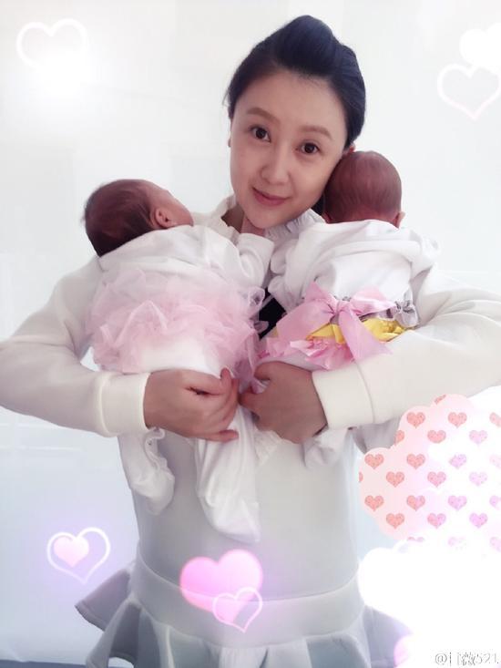 甘薇抱着两个女儿