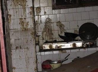 多名拆迁户家中深夜遭泼粪。