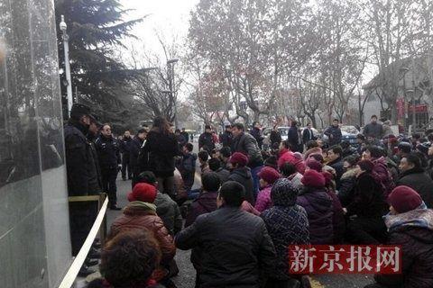 图集显示,大批人群聚集在市政府前下跪,年纪多为中老年。