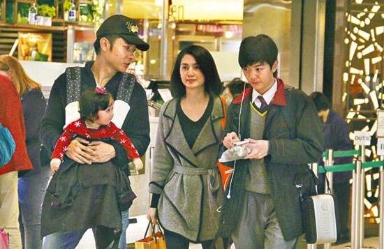 张浩锋(右起)和妈妈洪欣、继父张丹峰及妹妹,一家四口逛姐