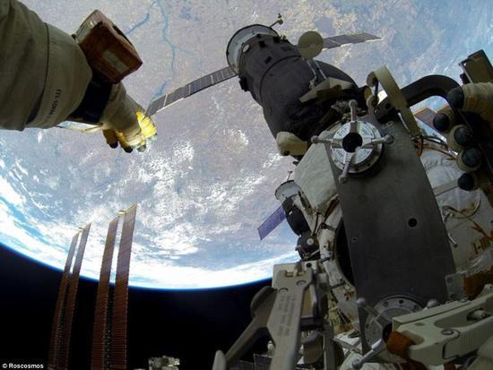 照片展示了宇航员安装这个小型动物园时看到的地球样子。