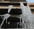 待拆楼房漏水成冰挂