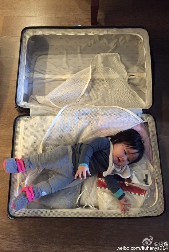 阿雅女儿躺在行李箱里