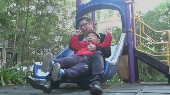 王智辛陪儿子忘情游玩