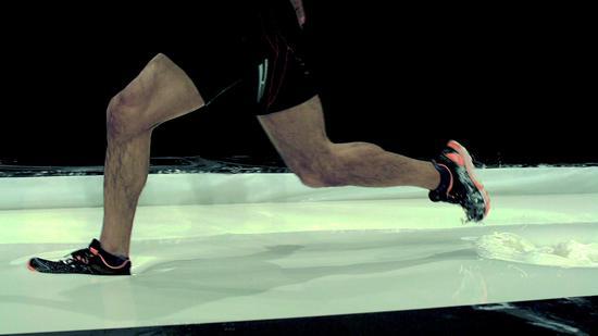 """图为在撒有大量淀粉的游泳池水面上奔跑。(出自NHK""""大科学实验 水上竞技会"""")"""