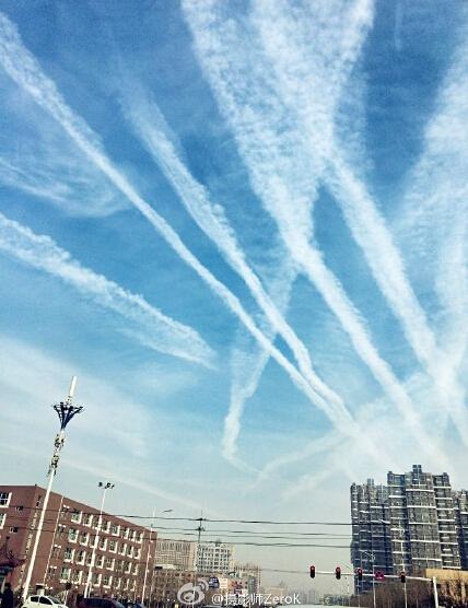 网友曝沧州现地震云 诡异条状云彩布满天空