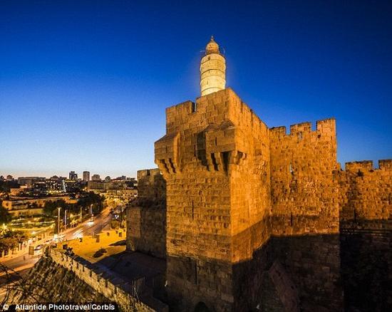 大希律王的宫殿遗址发现于15年前,考古学家对那里进行了细致的考察。在一扇门与凹凸不平的铺石走道之间的地方,十分符合《约翰福音》对耶稣受审之地的描述。大卫塔(图中所示)就位于这处地点附近。