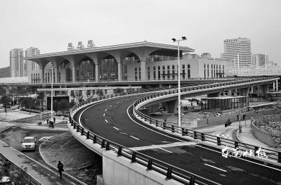 火车站北站房匝道桥方便了乘客从三环直接进入站台