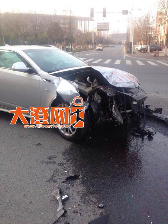 凯迪拉克车头损毁严重,当场报废。