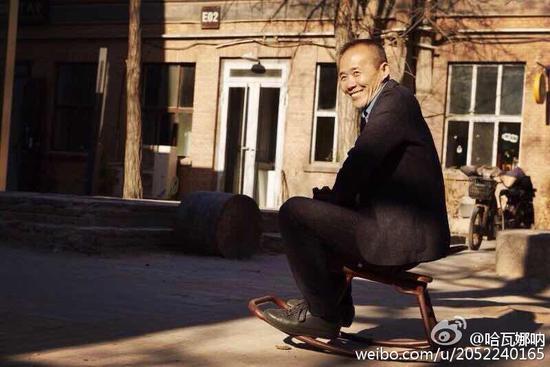 王石骑木马玩耍