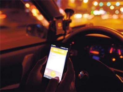 辽宁一司机开车看短信将人撞死