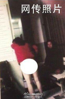 网传女子警局被扒裤子照片